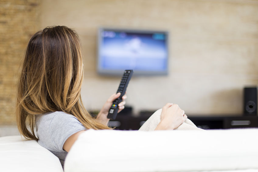 Jonge vrouw tv kijken