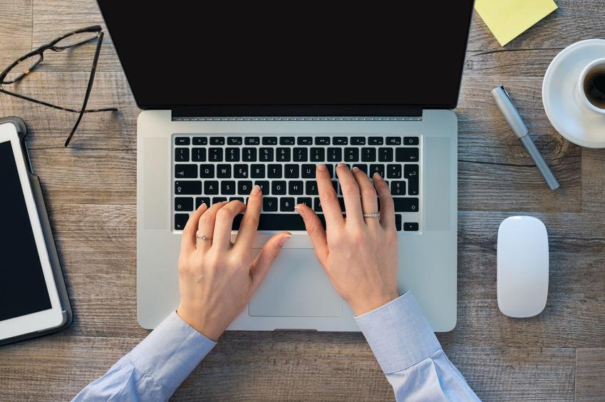 Zakenvrouw handen typen op laptop