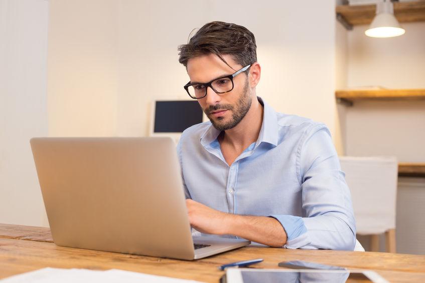 Zakenman die aan laptop werkt