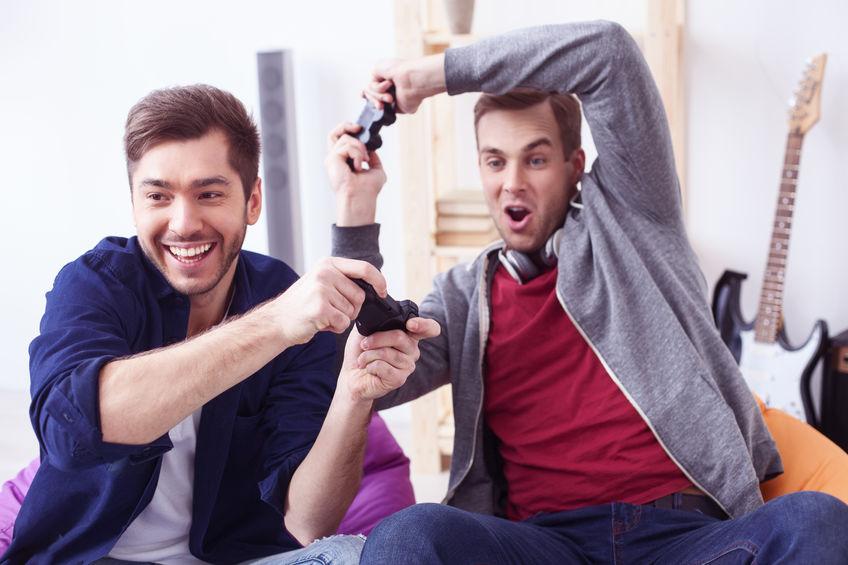Aantrekkelijke jonge mannen spelen videogames