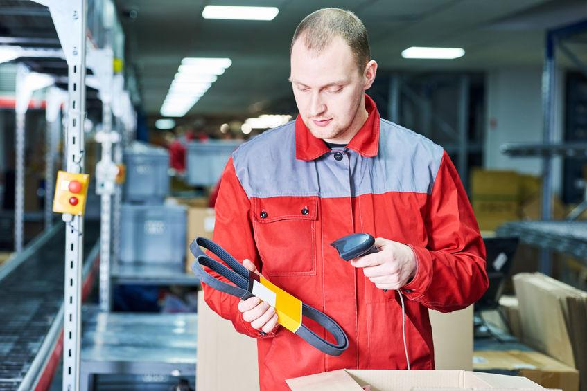 werknemer met laserbarcodescanner in magazijn