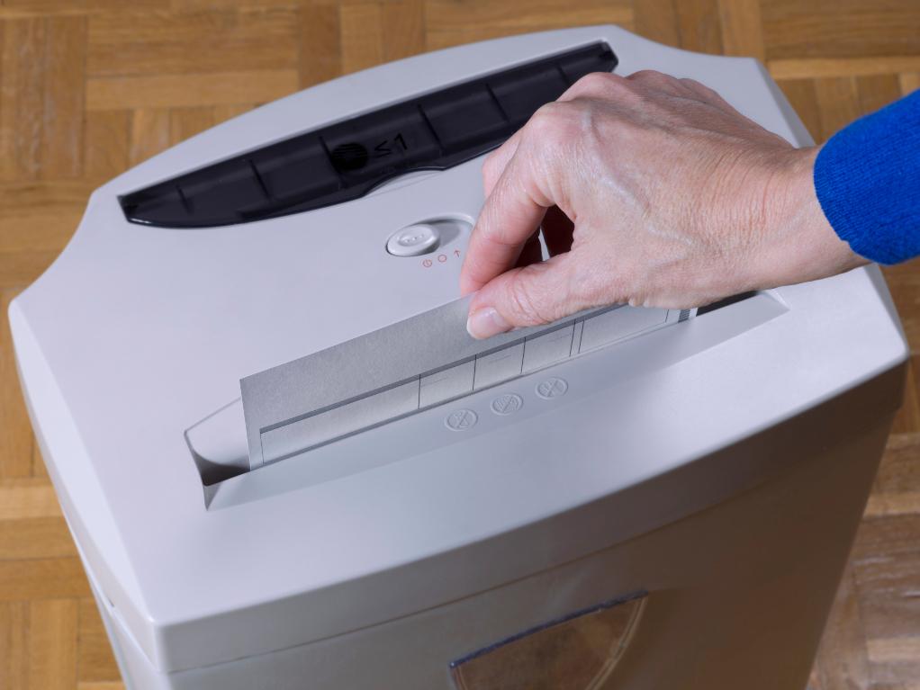 het vernietigen van papier in de machine