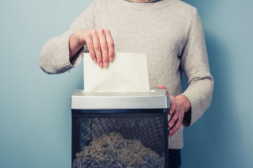 De mens versnippert een stuk papier