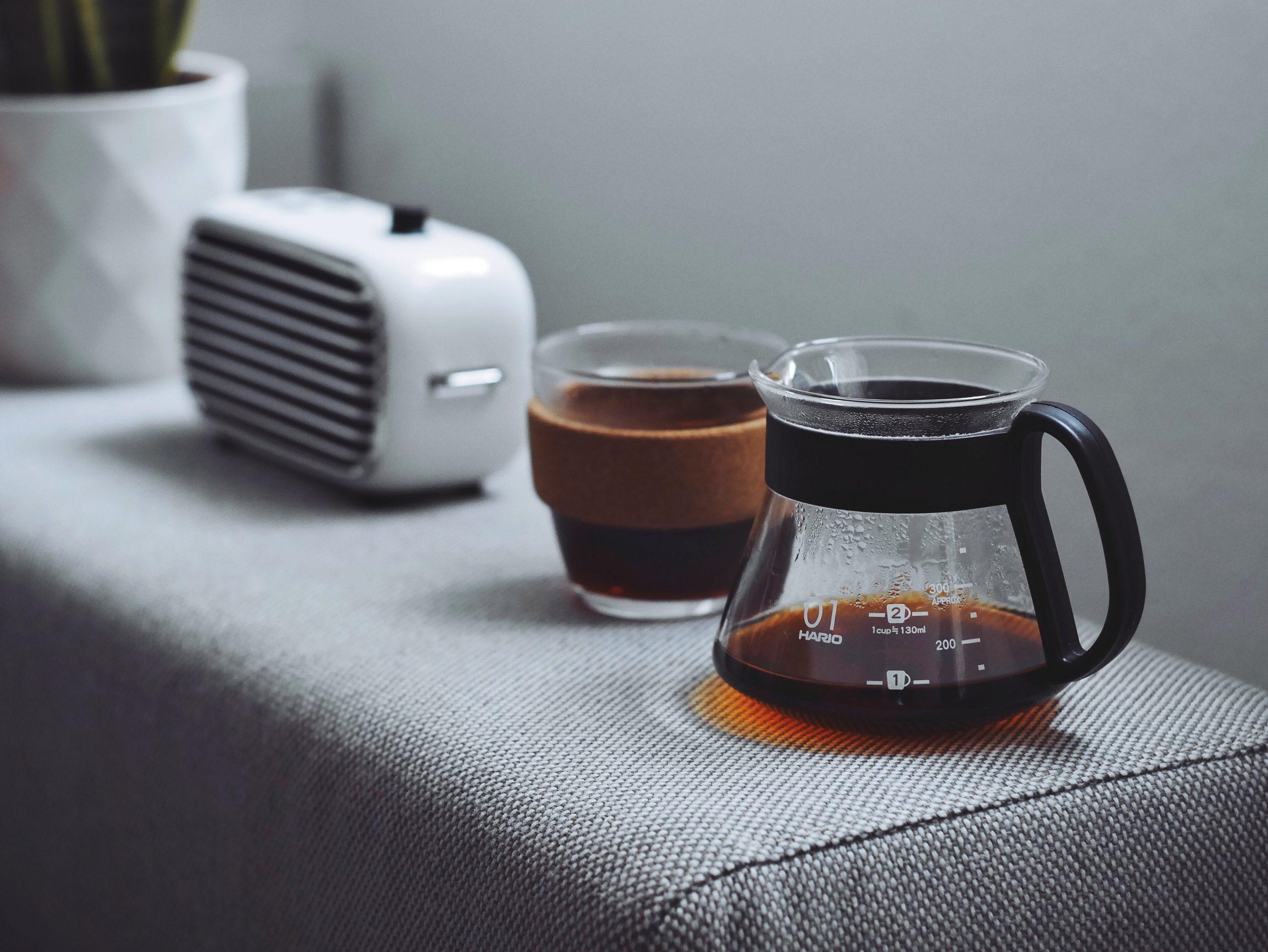 koffie en draadloze luidsprekers