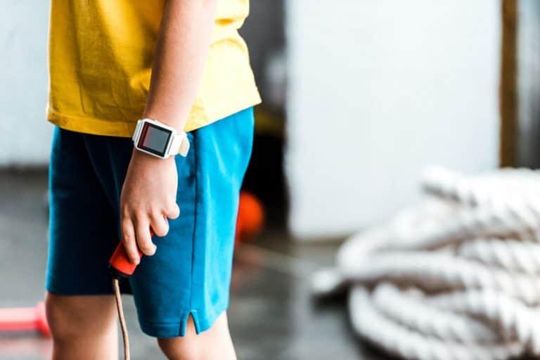 jongen met smartwatch