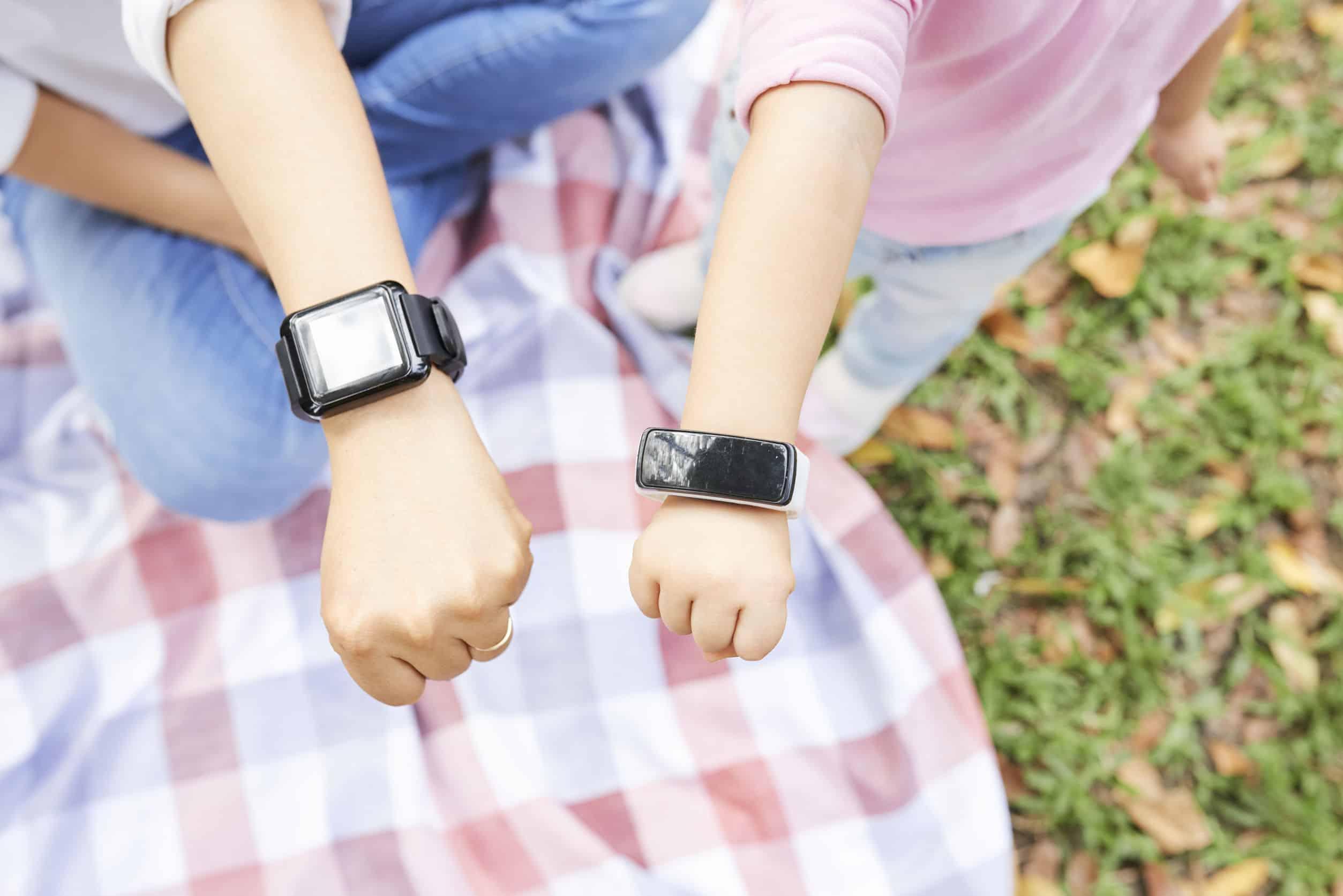 kinderen met smartwatches
