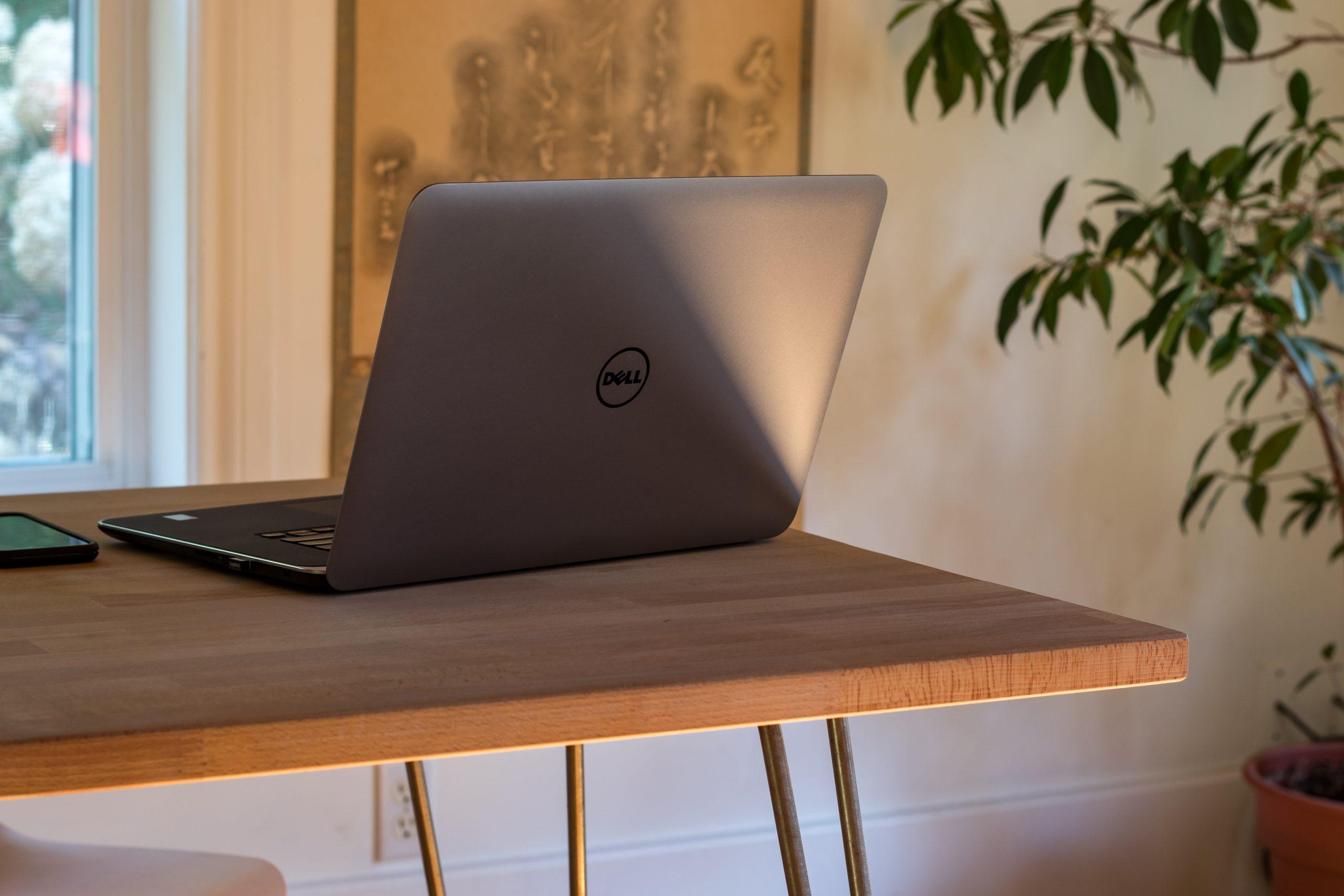 laptop op een tafeltje