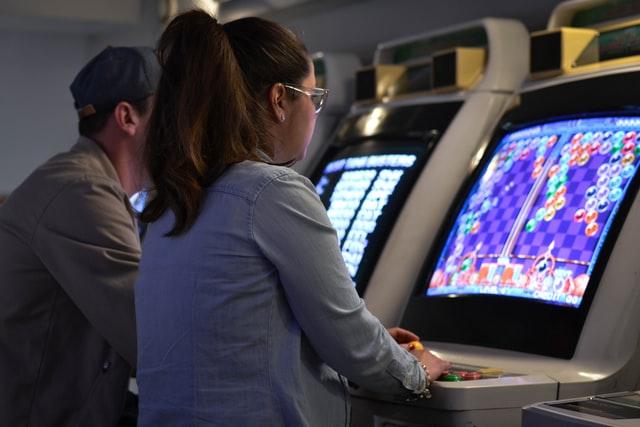 een groep vrienden in een arcade-videogamescentrum