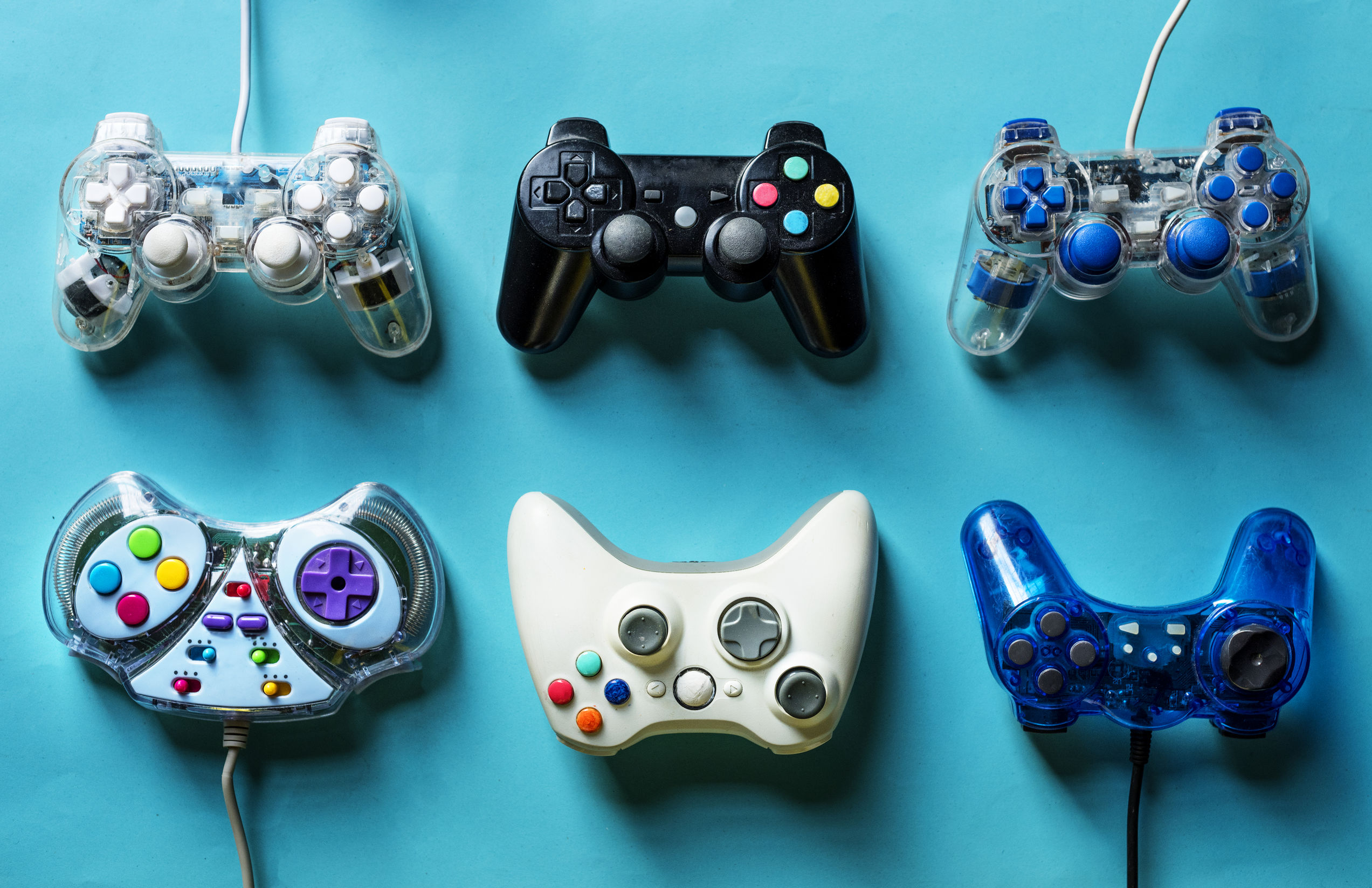 videogamescontrollers op een blauwe achtergrond