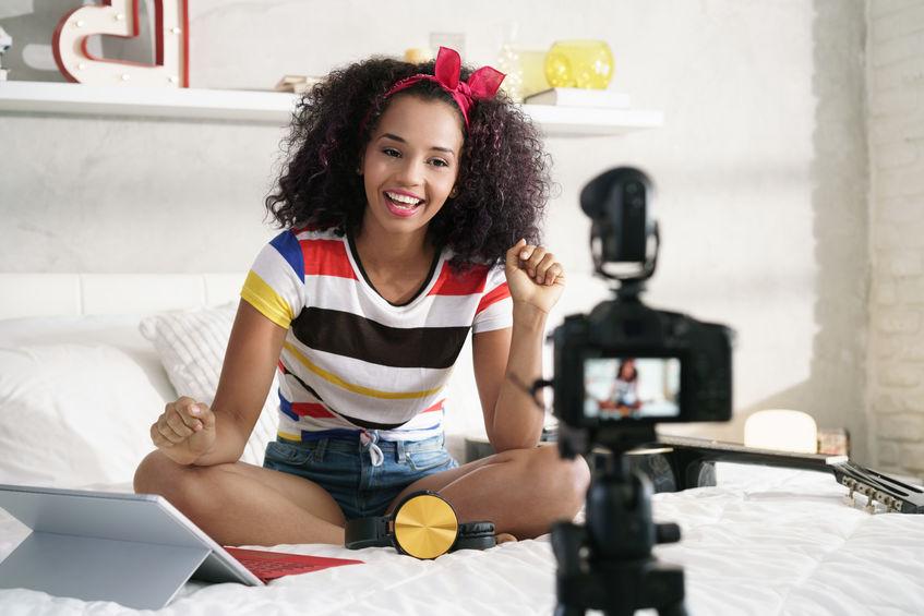 meisje dat een video opneemt in haar bed