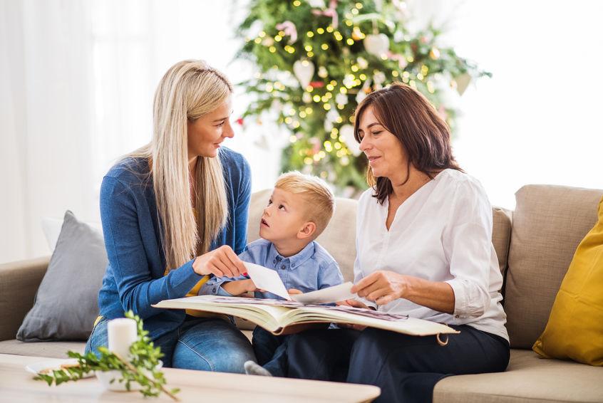 twee dames en een kleine baby met een fotoalbum