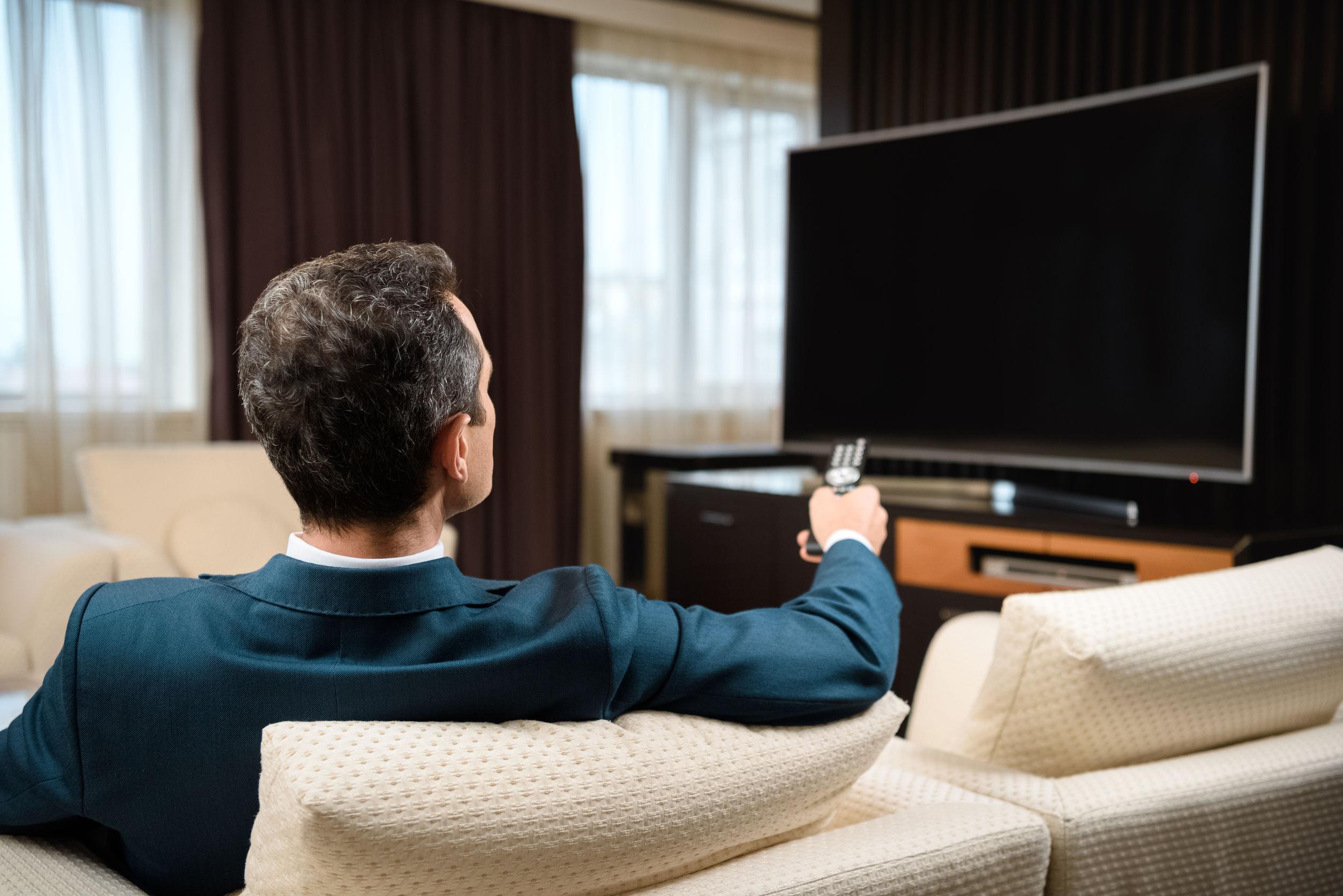 zakenman ontspannen tv kijken