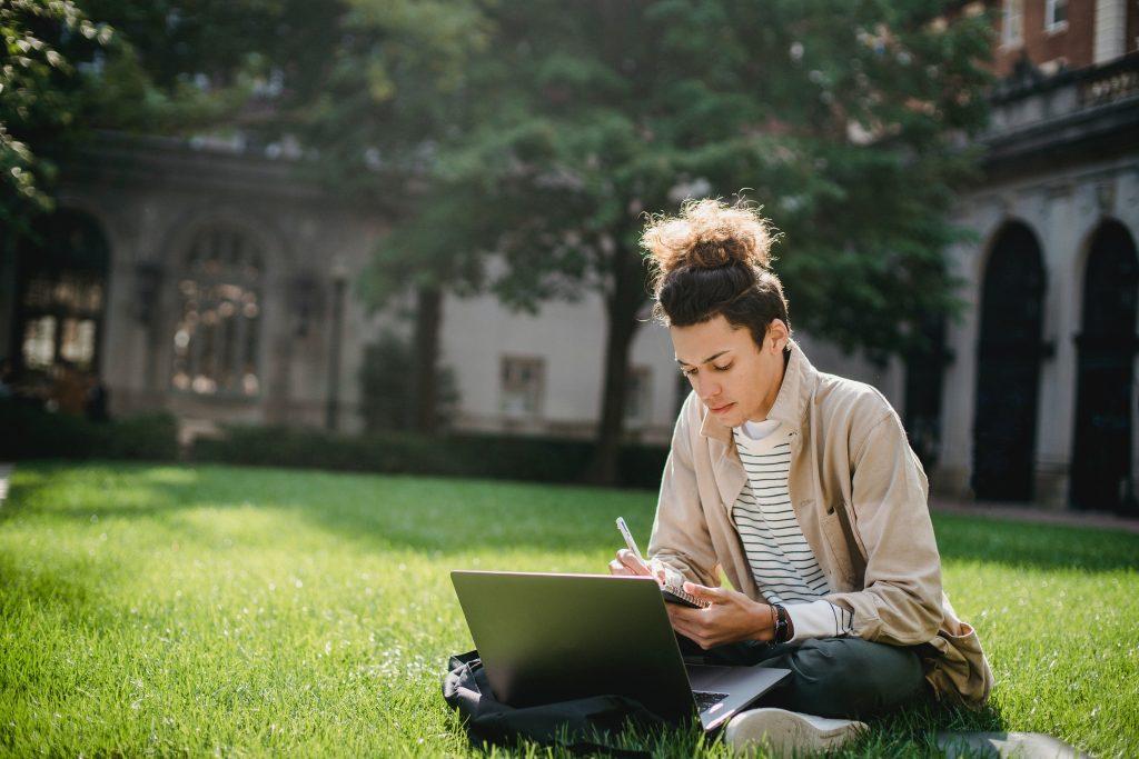 meisje studeert op de campus