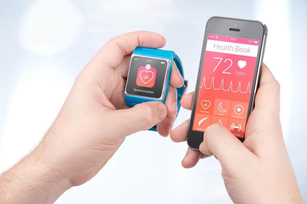 Smartphone com pulseira azul.