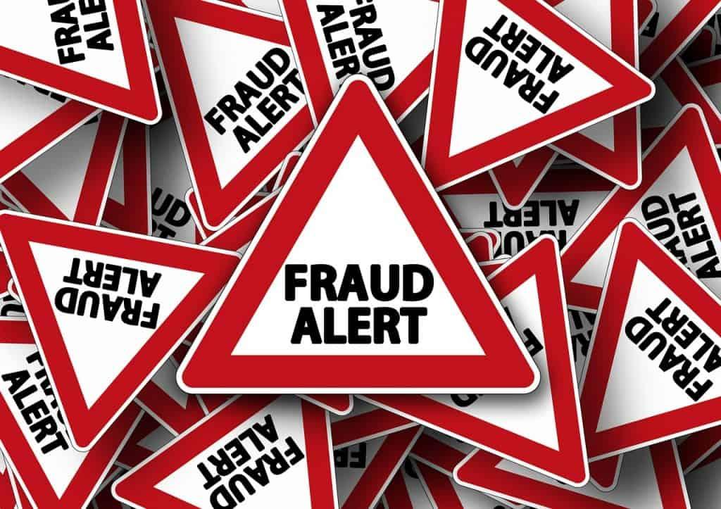 """Na imagem vários triângulos com a mensagem """"Fraud Alert""""."""