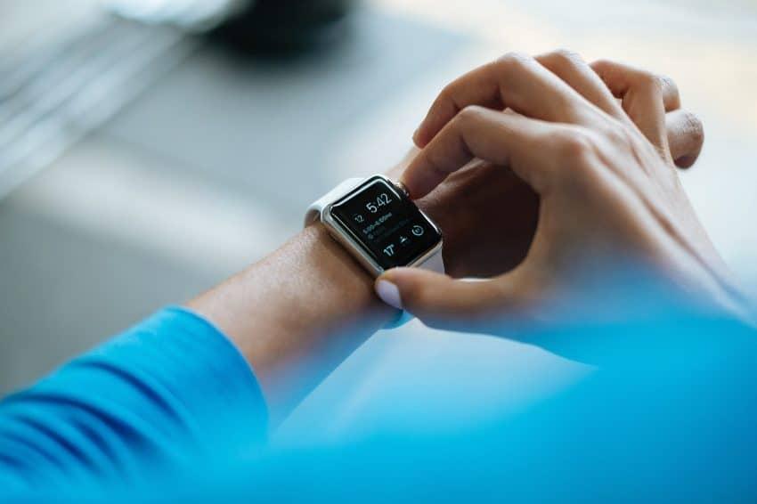 Pessoa utilizando o smartwatch.