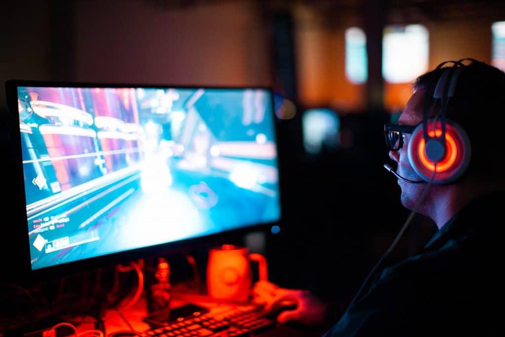 rapaz jogando em frente a um computador