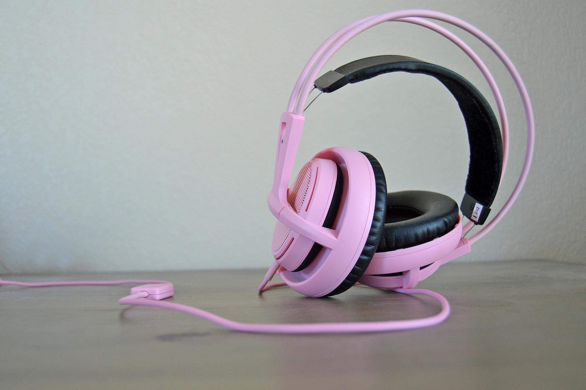 Imagem mostra um headset rosa em destaque.