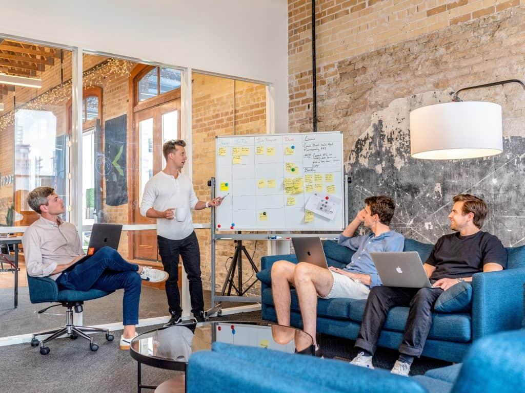 Imagem de homens em uma reunião comercial.