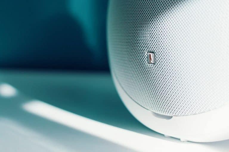 Nahaufnahme weißer Lautsprecher auf Tisch